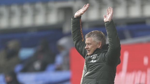 Manchester United's manager Ole Gunnar Solskjaer gestures during the English Premier League soccer match between Everton and Manchester United at the Goodison Park stadium in Liverpool, England, Saturday, Nov. 7, 2020. (Carl Recine/Pool via AP)