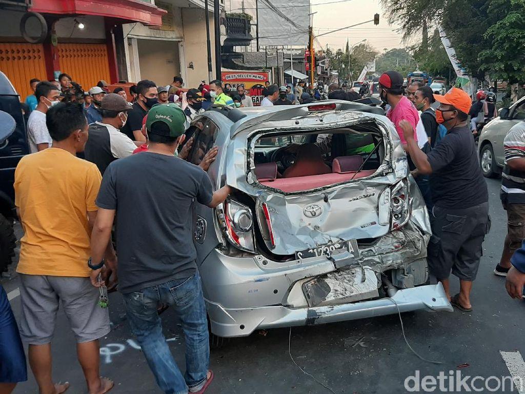 Kecelakaan Beruntun Libatkan 8 Kendaraan di Kota Batu