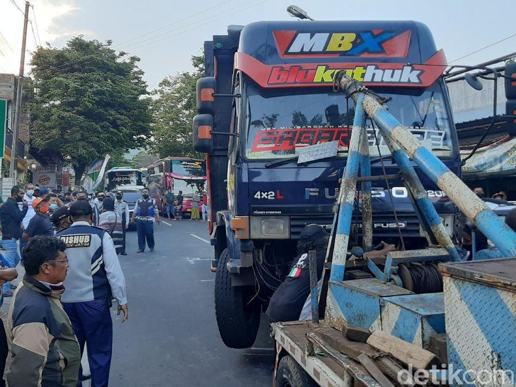 Truk Terlibat Kecelakaan Beruntun Libatkan 8 Kendaraan di Batu Diduga Rem Blong