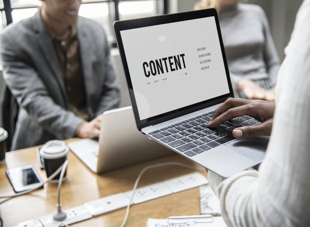 Gunakan waktu untuk membuat konten khususnya di media sosial.