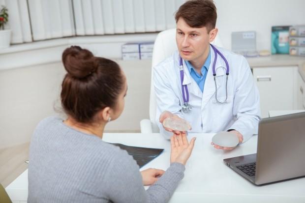 Jika kamu memilih untuk mendapatkan implan silikon, ukuran implan ditentukan sebelum operasi. Sayatan dibuat cukup besar agar implan dapat dimasukkan ke dalam payudara.