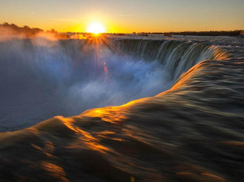 Potret Cantik Matahari Terbit di Atas Air Terjun Niagara
