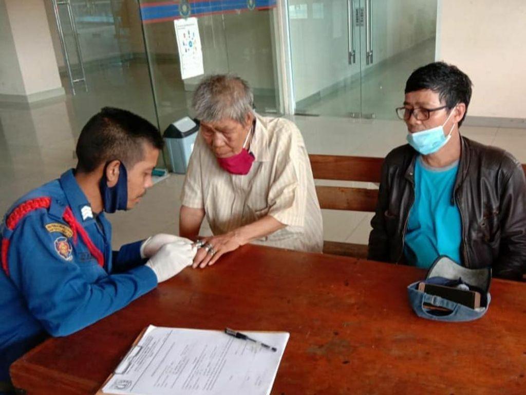 Waduh! 18 Cincin Nyangkut Bikin Jari Rasid Bengkak, Kini Sudah Dilepas