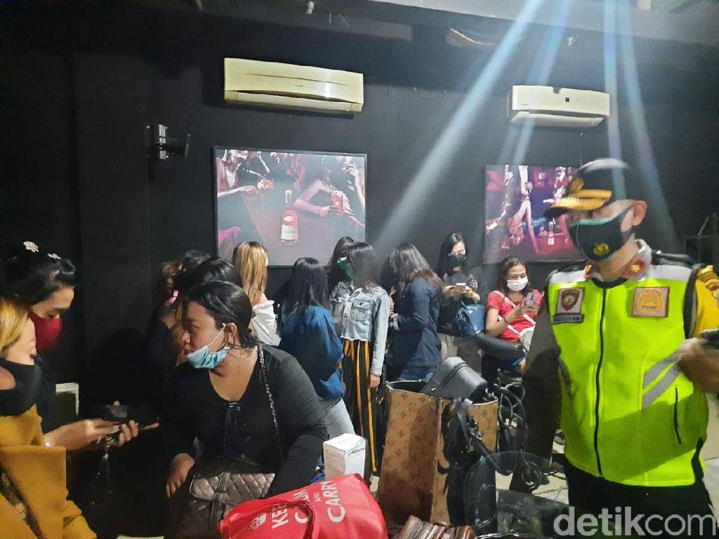 Razia Tempat Hiburan Malam di Surabaya, 21 LC dan 18 Pria Diamankan