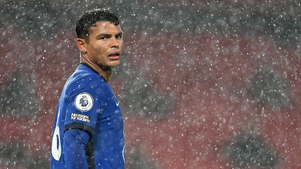 MANCHESTER, ENGLAND - OCTOBER 24: Thiago Silva of Chelsea in action in action during the Premier League match between Manchester United and Chelsea at Old Trafford on October 24, 2020 in Manchester, England. Sporting stadiums around the UK remain under strict restrictions due to the Coronavirus Pandemic as Government social distancing laws prohibit fans inside venues resulting in games being played behind closed doors. (Photo by Michael Regan/Getty Images)