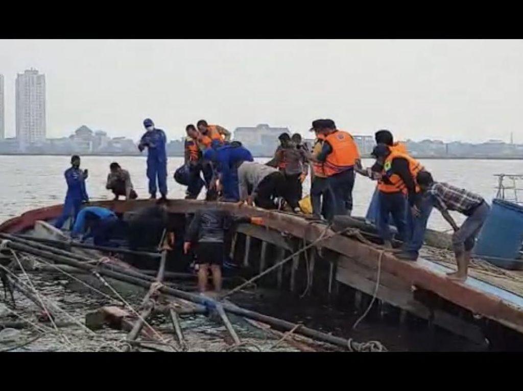 Kapal KM Bina Rejeki Terbalik di Muara Angke, Satu ABK Ditemukan Tewas