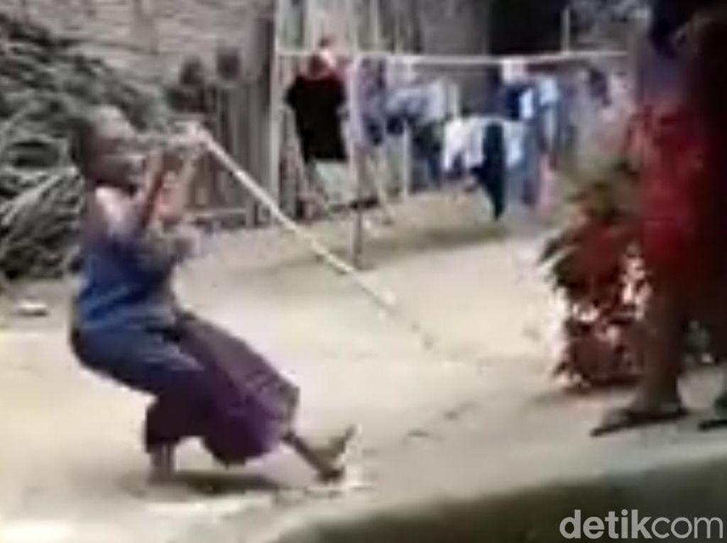 Video Nenek di Trenggalek Didorong Seorang Wanita Hingga Terjengkang Viral