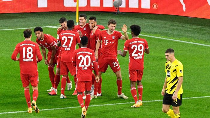 DORTMUND, GERMANY - NOVEMBER 07: Bayerns Robert Lewandowski, centre, celebrates with teammates after scoring his sides second goal during the Bundesliga match between Borussia Dortmund and FC Bayern Muenchen at Signal Iduna Park on November 7, 2020 in Dortmund, Germany. (Photo by Martin Meissner - Pool/Getty Images)