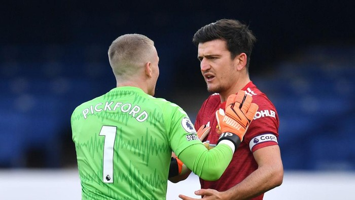 LIVERPOOL, ENGLAND - NOVEMBER 07: Jordan Pickford of Everton clashes with Harry Maguire of Manchester United during the Premier League match between Everton and Manchester United at Goodison Park on November 07, 2020 in Liverpool, England. Sporting stadiums around the UK remain under strict restrictions due to the Coronavirus Pandemic as Government social distancing laws prohibit fans inside venues resulting in games being played behind closed doors. (Photo by Paul Ellis - Pool/Getty Images)