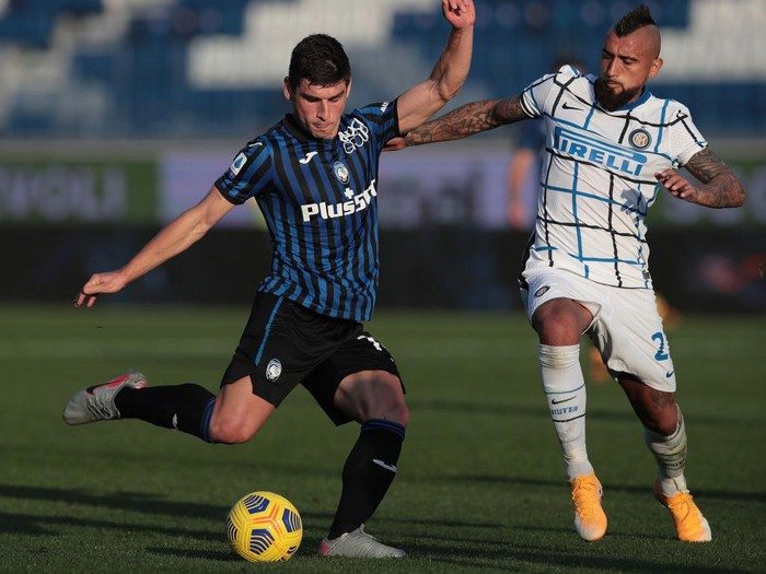 BERGAMO, ITALY - NOVEMBER 08:  Ruslan Malinovskyi of Atalanta BC is challenged by Arturo Vidal of FC Internazionale during the Serie A match between Atalanta BC and FC Internazionale at Gewiss Stadium on November 8, 2020 in Bergamo, Italy.  (Photo by Emilio Andreoli/Getty Images)