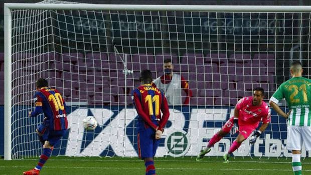 Barcelona's Lionel Messi, left, scores his side's third goal from the penalty spot during the Spanish La Liga soccer match between FC Barcelona and Betis at the Camp Nou stadium in Barcelona, Spain, Saturday, Nov. 7, 2020. (AP Photo/Joan Monfort)