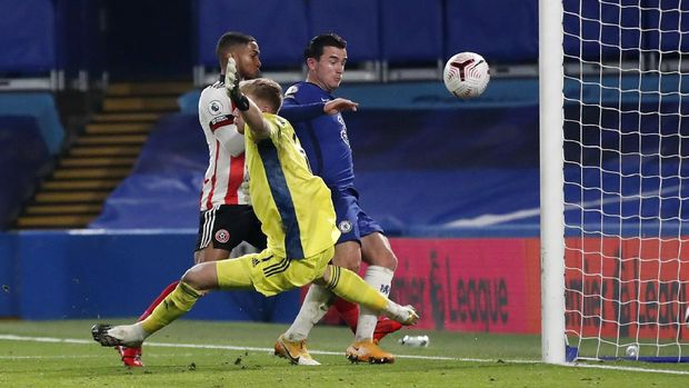Chelsea's Ben Chilwell, right, scores his side's second goal during the English Premier League soccer match between Chelsea and Sheffield United at Stamford Bridge Stadium in London, Saturday, Nov. 7, 2020. (Peter Cziborra/Pool via AP)