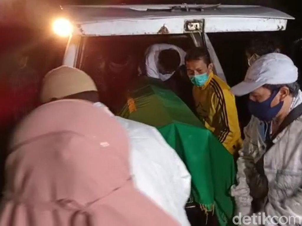 Tiba di Sukabumi, Jenazah Gatot Brajamusti Disambut Tangis Keluarga