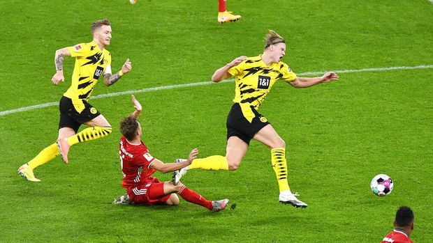 Dortmund's Marco Reus, left, Dortmund's Erling Haaland, right, and Bayern's Joshua Kimmich challenge for the ball during the German Bundesliga soccer match between Borussia Dortmund and Bayern Munich in Dortmund, Germany, Saturday, Nov. 7, 2020. (AP Photo/Martin Meissner, Pool)