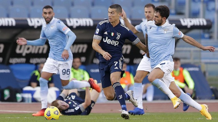 Juventus Cristiano Ronaldo, left, challenges for the ball with Lazios Danilo Cataldi during the Serie A soccer match between Lazio and Juventus at the Olympic stadium in Rome, Sunday, Nov. 8, 2020. (AP Photo/Andrew Medichini)