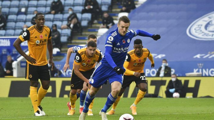 Leicesters Jamie Vardy scores his sides opening goal during the English Premier League soccer match between Leicester City and Wolverhampton Wanderers at the King Power Stadium in Leicester, England, Sunday, Nov. 8, 2020. (AP Photo/Rui Vieira, Pool)