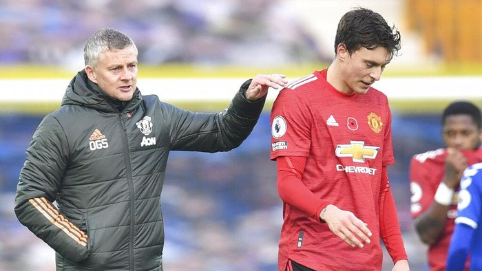 Manchester Uniteds manager Ole Gunnar Solskjaer greets Manchester Uniteds Victor Lindelof at the end of the English Premier League soccer match between Everton and Manchester United at the Goodison Park stadium in Liverpool, England, Saturday, Nov. 7, 2020. Manchester United won 3:1. (Paul Ellis/Pool via AP)