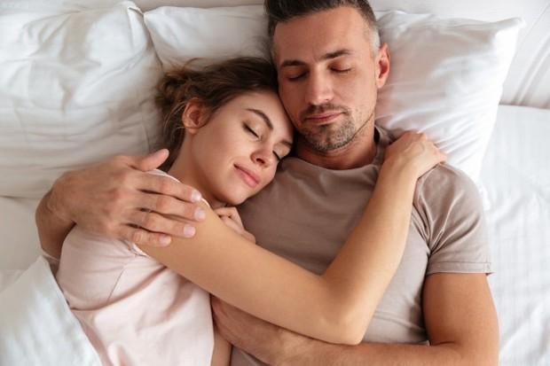 Kemungkinan besar kamu akan sedikit terlalu lelah untuk melakukan seks yang paling luar biasa dalam hidup kamu, jadi cukup hargai kebersamaan di waktu pertama bersama setelah resmi menjadi suami dan istri.