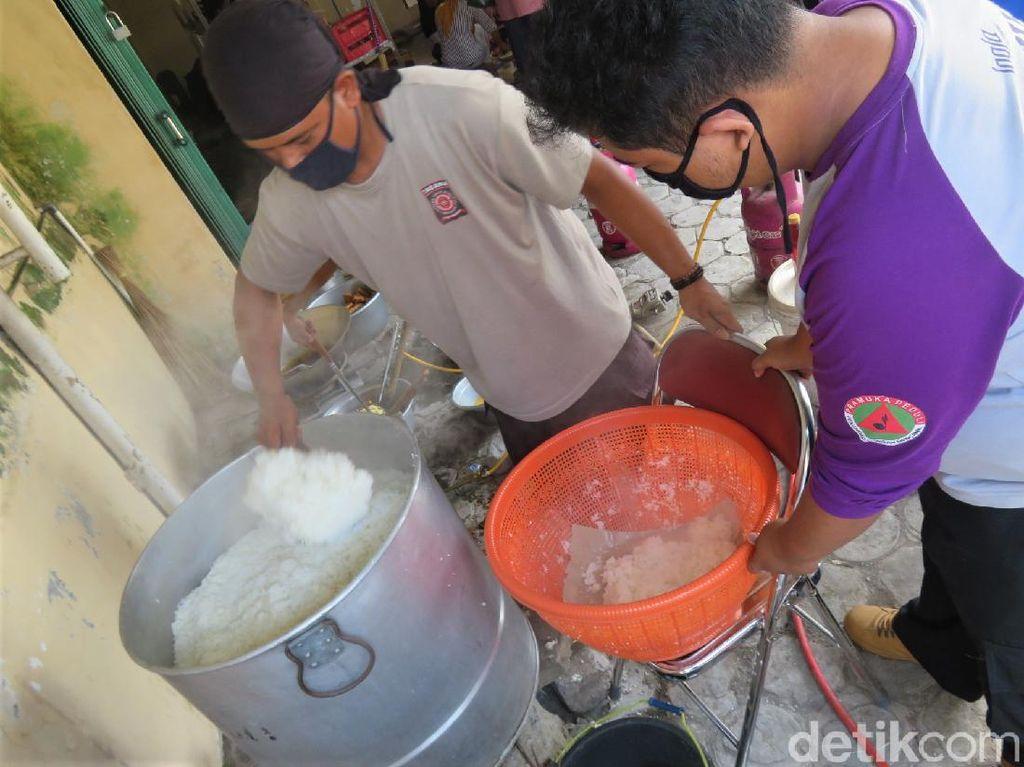 Video Kesibukan di Dapur Umum Pengungsi Gunung Merapi