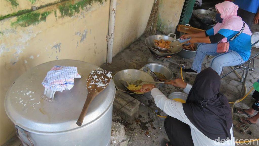 Sibuknya Dapur Umum di Barak Pengungsi Merapi Glagaharjo Sleman
