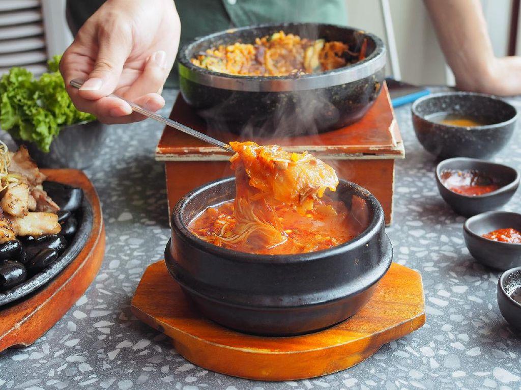 6 Etika Makan di Korea Selatan Ini Perlu Kamu Tahu, Erat Nilai Kesopanan