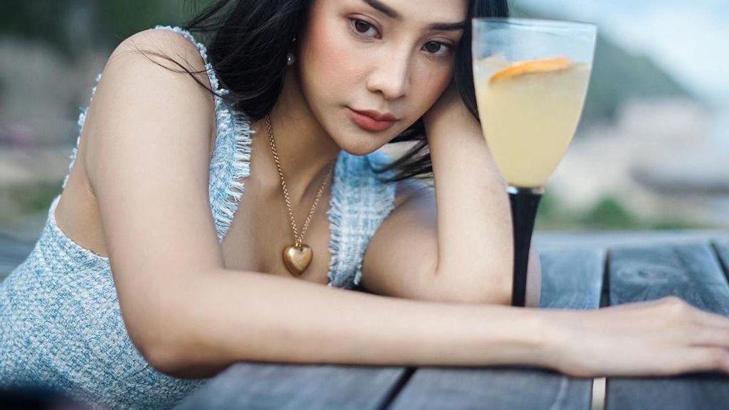 Pose Seksi Anya Geraldine saat Nongkrong di Kafe Instagenik