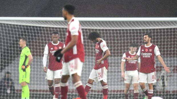 LONDON, ENGLAND - NOVEMBER 08: Mohamed Elneny of Arsenal looks dejected following Aston Villa's second goal during the Premier League match between Arsenal and Aston Villa at Emirates Stadium on November 08, 2020 in London, England. Sporting stadiums around the UK remain under strict restrictions due to the Coronavirus Pandemic as Government social distancing laws prohibit fans inside venues resulting in games being played behind closed doors. (Photo by Andy Rain - Pool/Getty Images)