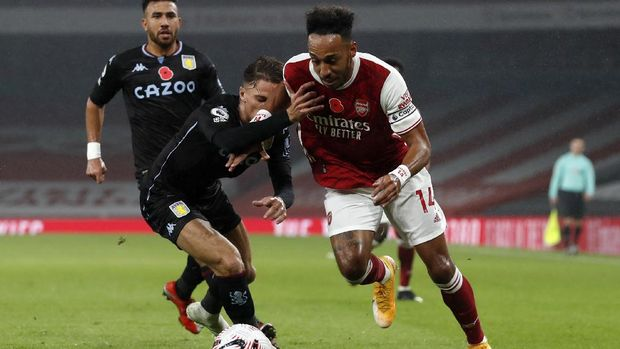 Arsenal's Pierre-Emerick Aubameyang, right, duels for the ball with Aston Villa's Matty Cash during the English Premier League soccer match between Arsenal and Aston Villa at the Emirates stadium in London, Sunday, Nov. 8, 2020. (AP Photo/Alastair Grant, Pool)