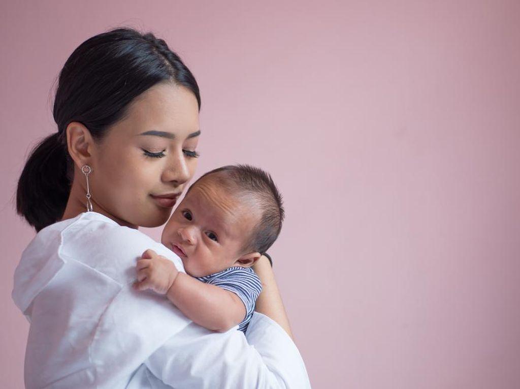 Bahaya Air Putih pada Bayi 0-6 Bulan, Benarkah Merusak Ginjal hingga Otak?