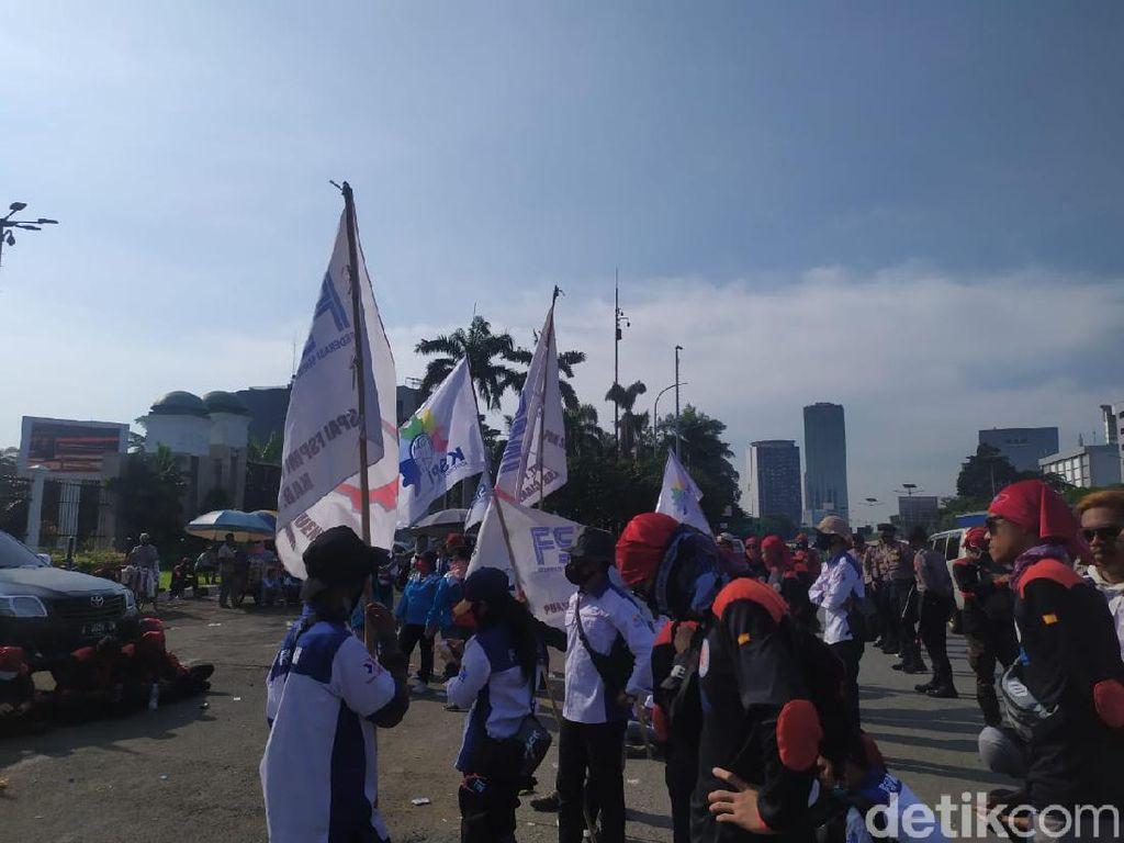 Tuntut Kenaikan Upah, Massa Buruh Demo di DPR Ancam Mogok Kerja