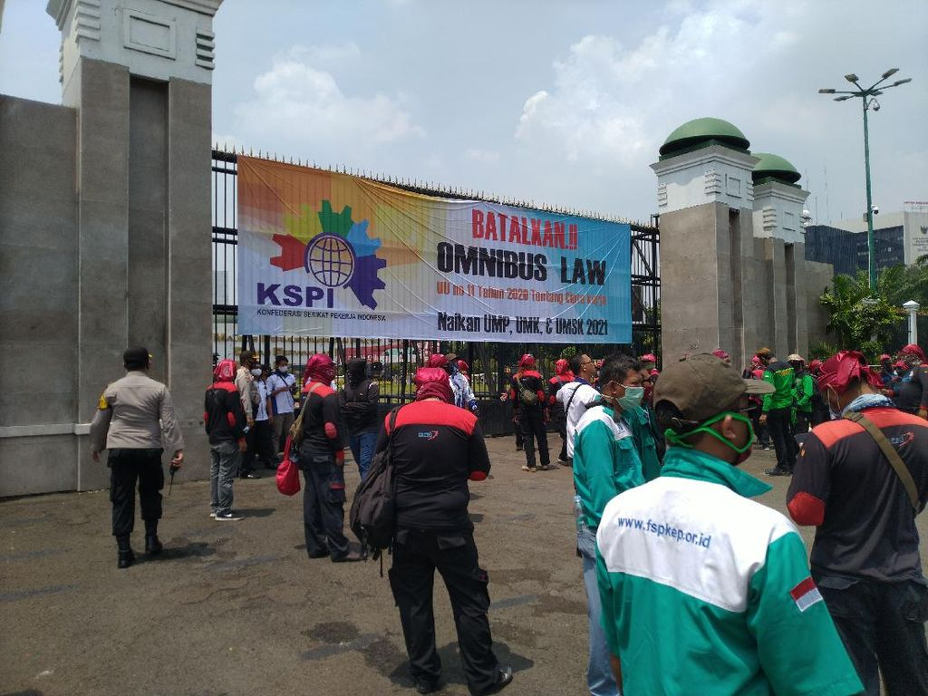 Massa Buruh Mulai Tiba di Gedung DPR, Lalin Jl Gatot Subroto ke Slipi Macet