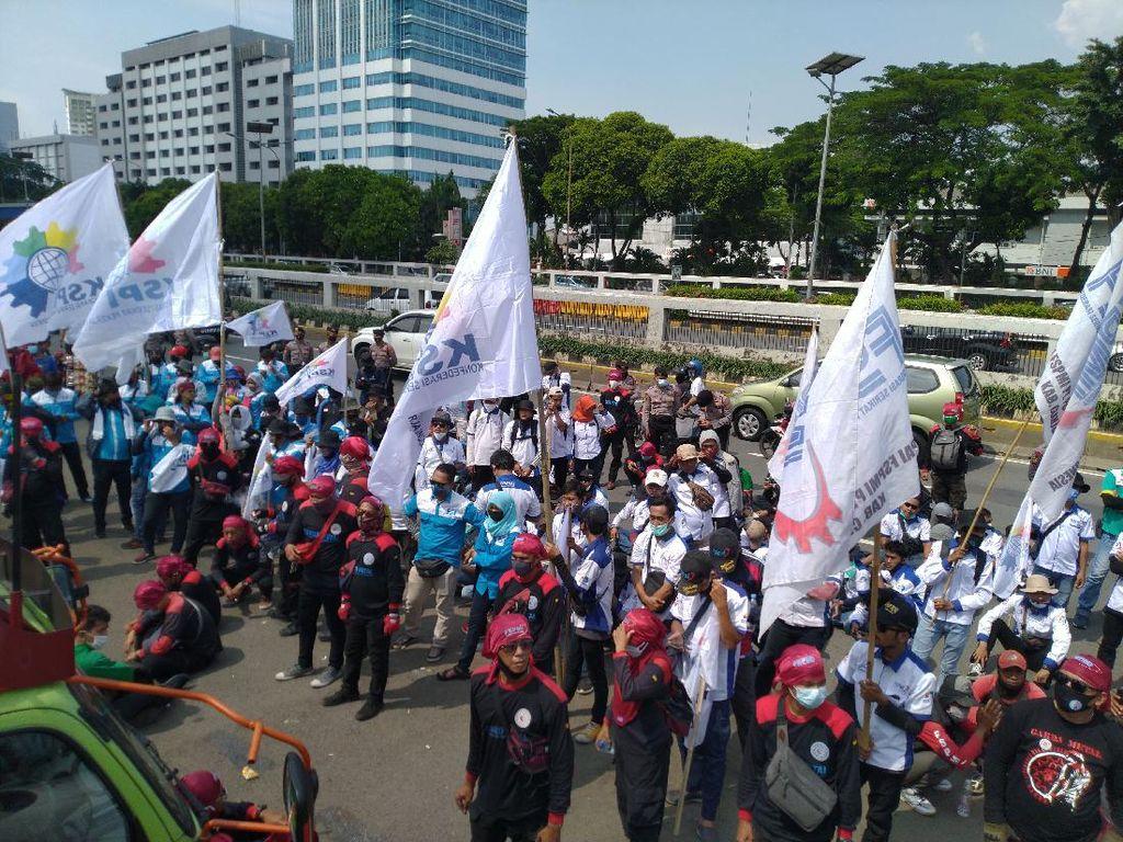 Penampakan Massa Buruh di Demo Depan DPR Minta UU Cipta Kerja Dicabut