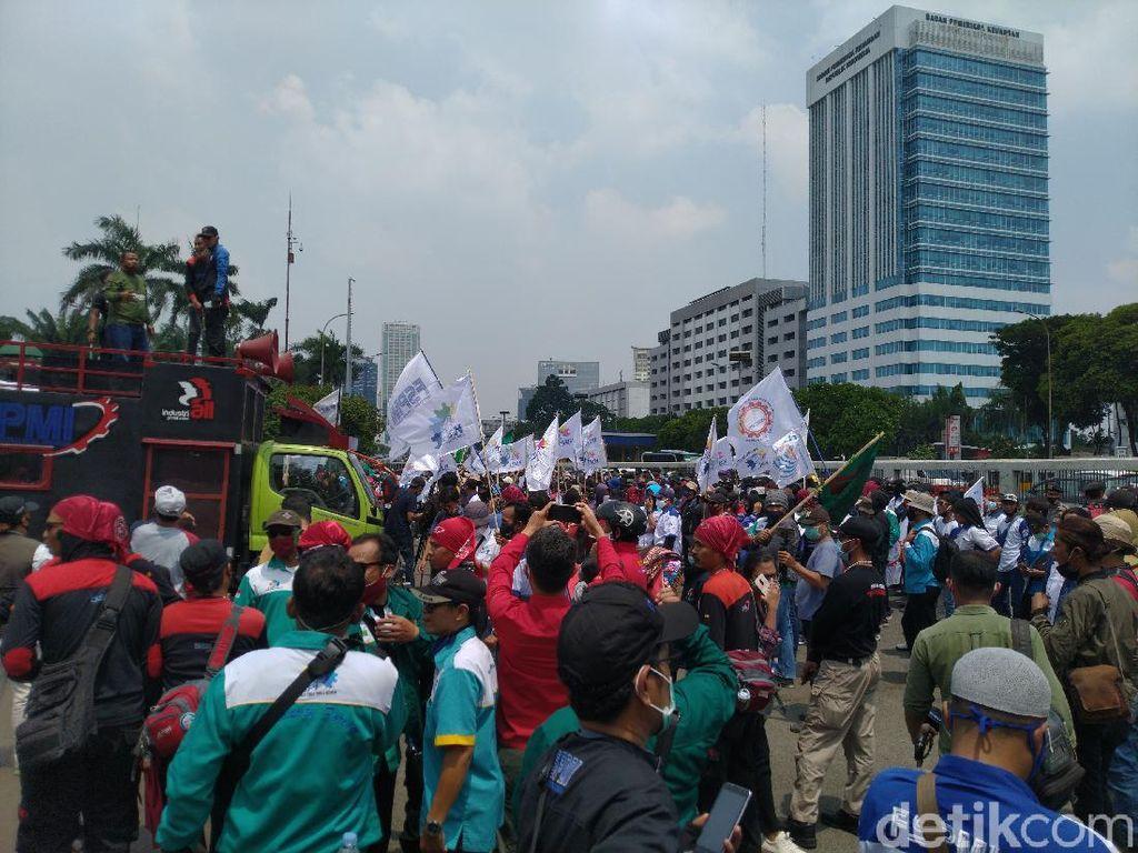 Demo di Depan DPR Berkerumun, Buruh Klaim Sadar Protokol COVID-19