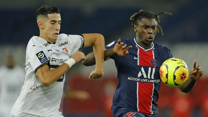 PSGs Moise Kean, right, and Rennes Nayef Aguerd vie for the ball during the French League One soccer match between Paris Saint-Germain and Rennes at the Parc des Princes in Paris, France, Saturday, Nov. 7, 2020. (AP Photo/Christophe Ena)
