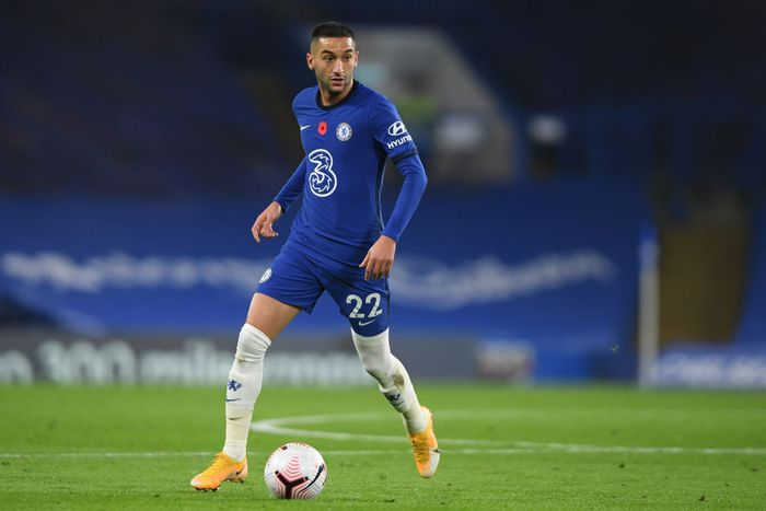 LONDON, ENGLAND - NOVEMBER 07: Hakim Ziyech of Chelsea in action during the Premier League match between Chelsea and Sheffield United at Stamford Bridge on November 07, 2020 in London, United Kingdom. Sporting stadiums around the UK remain under strict restrictions due to the Coronavirus Pandemic as Government social distancing laws prohibit fans inside venues resulting in games being played behind closed doors. (Photo by Mike Hewitt/Getty Images)