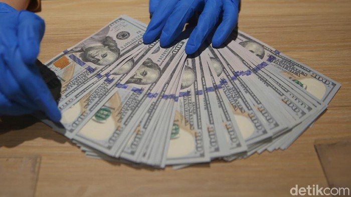 Nilai tukar dolar Amerika Serikat (AS) pagi ini masih berada di level Rp 14.100. Dolar AS sempat tersungkur dari level Rp 14.500an hingga ke Rp 14.119 pada Sabtu pekan lalu.