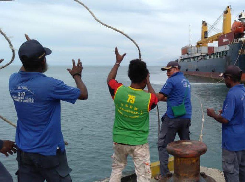 Perdana! Kapal Kontainer 5.000 GT Sandar di Pelabuhan Waren Papua