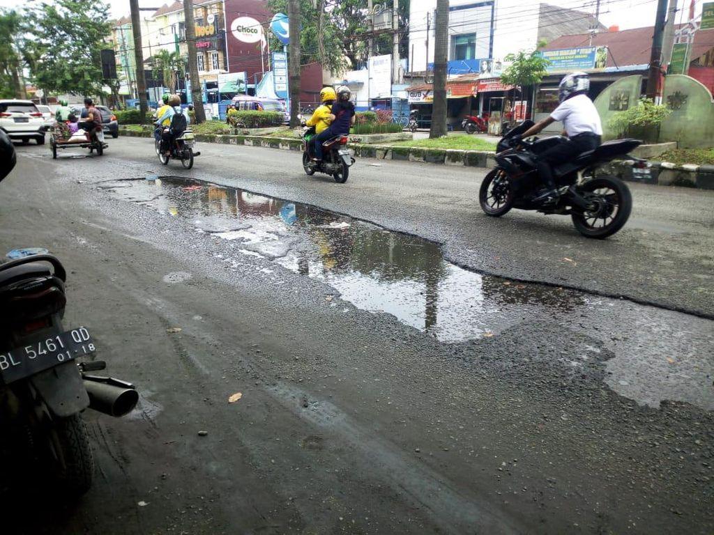 Warga Keluhkan Perbaikan Jalan Kapten Muslim Medan Masih Setengah-setengah
