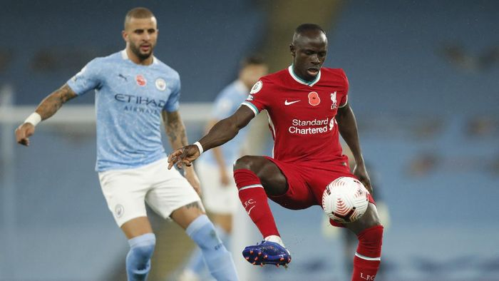 MANCHESTER, ENGLAND - NOVEMBER 08: Sadio Mane of Liverpool controls the ball under pressure from Kyle Walker of Manchester City during the Premier League match between Manchester City and Liverpool at Etihad Stadium on November 08, 2020 in Manchester, England. Sporting stadiums around the UK remain under strict restrictions due to the Coronavirus Pandemic as Government social distancing laws prohibit fans inside venues resulting in games being played behind closed doors. (Photo by Clive Brunskill/Getty Images)
