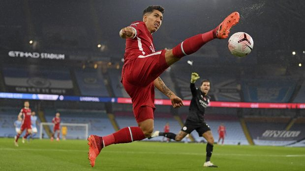 Liverpool's Roberto Firmino tries to control the ball during the English Premier League soccer match between Manchester City and Liverpool at the Etihad stadium in Manchester, England, Sunday, Nov. 8, 2020. (Shaun Botterill/Pool via AP)