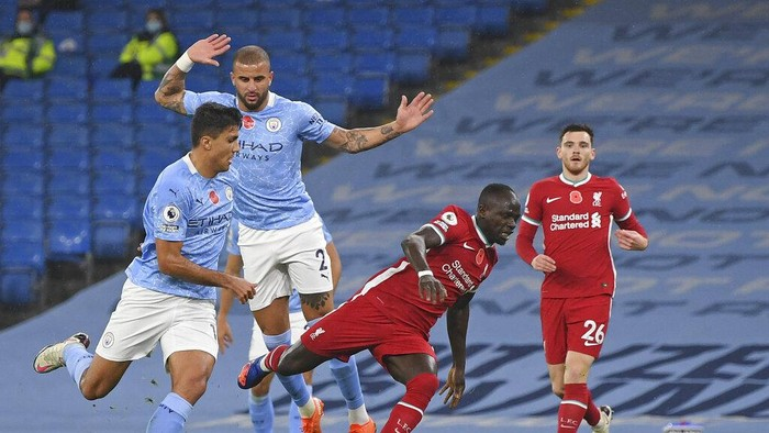 Liverpools Sadio Mane is fouled for a penalty during the English Premier League soccer match between Manchester City and Liverpool at the Etihad stadium in Manchester, England, Sunday, Nov. 8, 2020. (Shaun Botterill/Pool via AP)