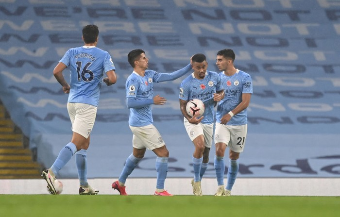 MANCHESTER, ENGLAND - NOVEMBER 08: Gabriel Jesus of Manchester City celebrates with teammates after scoring his teams first goal during the Premier League match between Manchester City and Liverpool at Etihad Stadium on November 08, 2020 in Manchester, England. Sporting stadiums around the UK remain under strict restrictions due to the Coronavirus Pandemic as Government social distancing laws prohibit fans inside venues resulting in games being played behind closed doors. (Photo by Shaun Botterill/Getty Images)