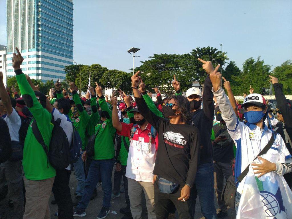 Demo di DPR Selesai, Buruh Acungkan Jari Tengah Sebelum Bubarkan Diri