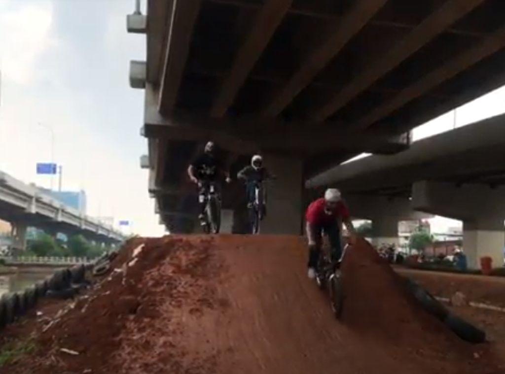 Mencari Bibit Atlet Sepeda Lewat Bike Park Kolong Tol Becakayu