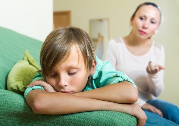 Sebaliknya, jika kamu menjadi terlalu posesif dan berusaha mencari tahu, anak akan menjadi tidak nyaman dan semakin menjauh untuk menutup diri lebih dalam.