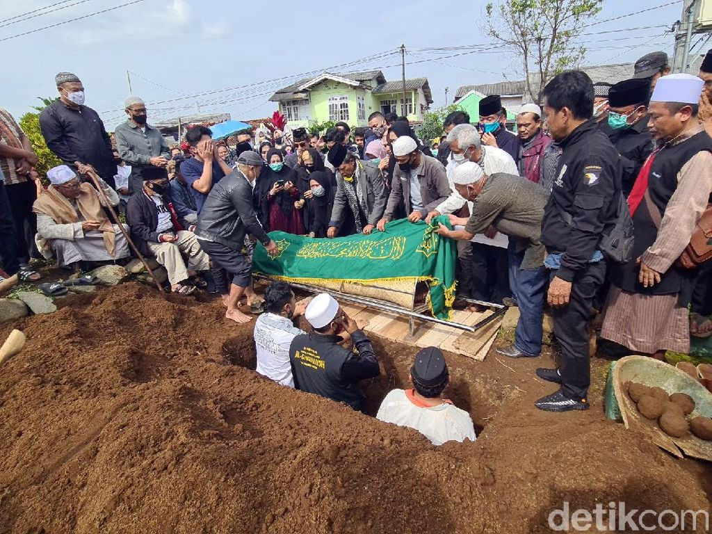 Video Isak Tangis Keluarga Iringi Pemakaman Gatot Brajamusti
