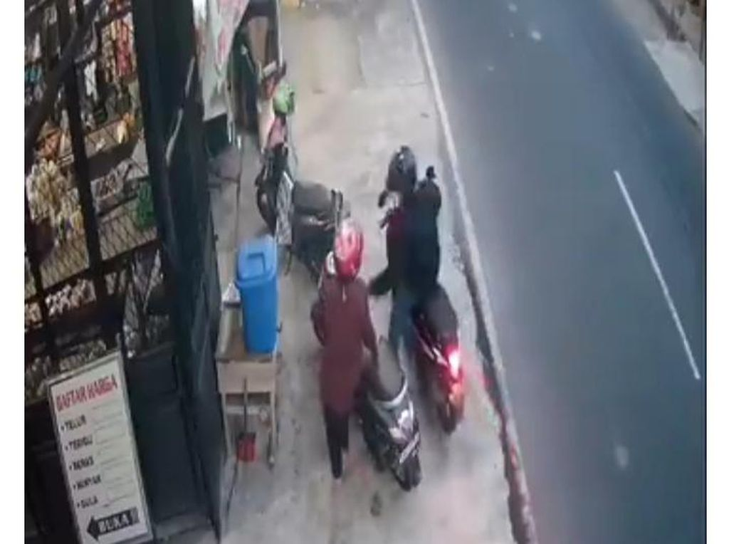Terekam CCTV, Video Jambret Bermotor Sasar Emak-emak di Klaten Viral