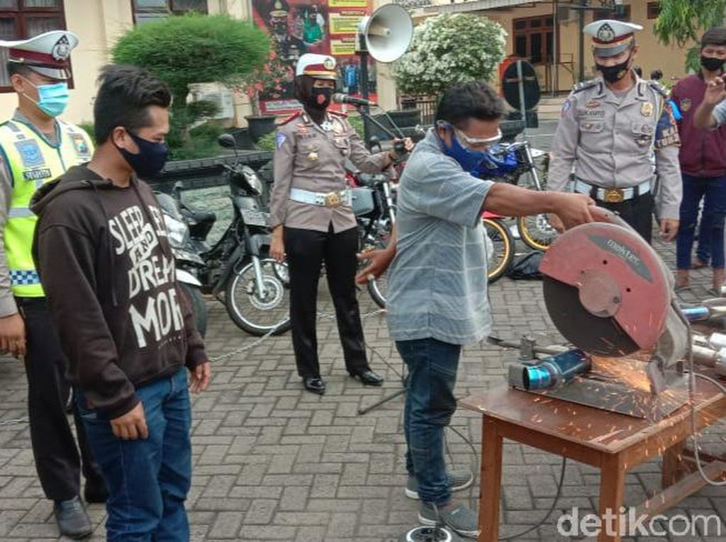 Polisi Situbondo Musnahkan Belasan Knalpot Brong Libatkan Pemilik Motor