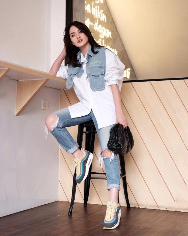 Ririn Ekawati selalu terlihat stylish dalam balutan outfit fashionable.