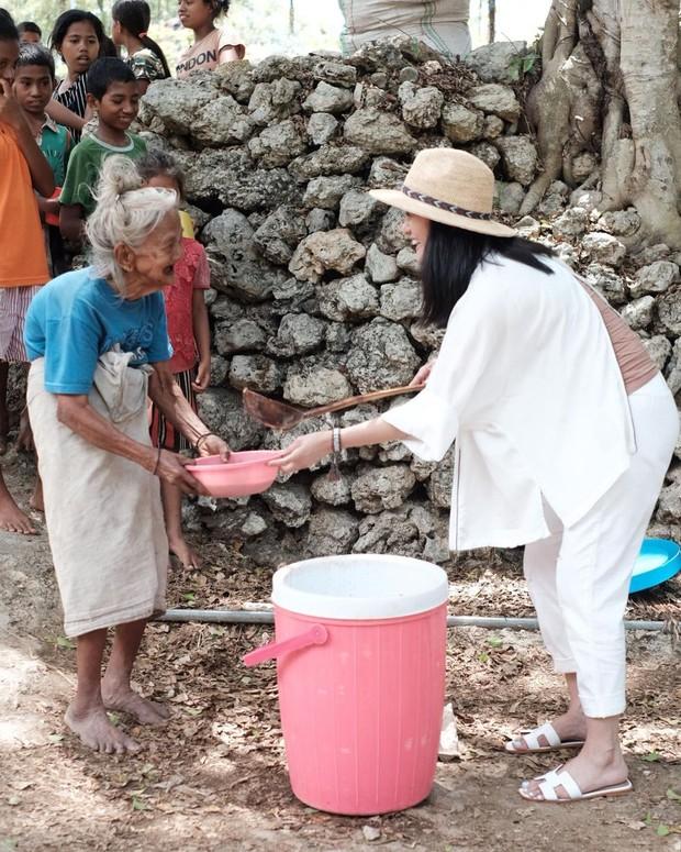 Potret Ririn Ekawati saat di Sumba yang ikut membagikan nutrisi bagi warga sekitar.